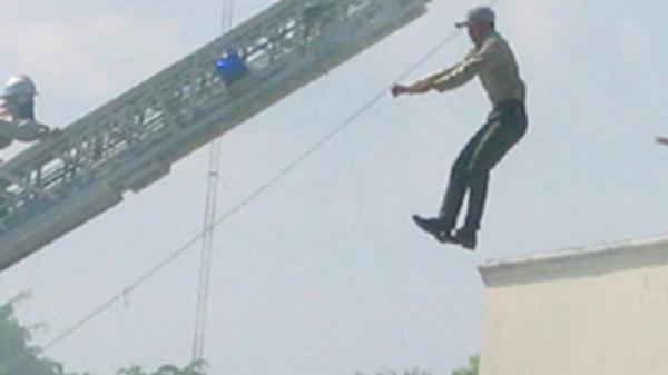 Hải Dương: Nam thanh niên lên tầng 2 nhảy lầu tự tử