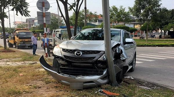 TP Hải Dương: Xe Mazda CX5 mất lái đâm hỏng cột đèn