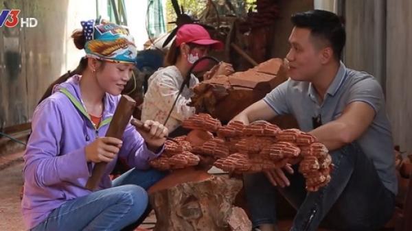 """Phan Hải Người Phán Xử sửng sốt trước tài chạm khắc gỗ của phụ nữ ở """"làng mộc tóc dài"""" Hải Dương"""