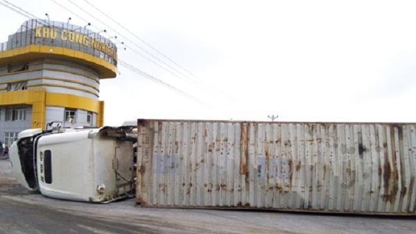 Va chạm mạnh giữa hai container, một xe bị lật ngang trên đường