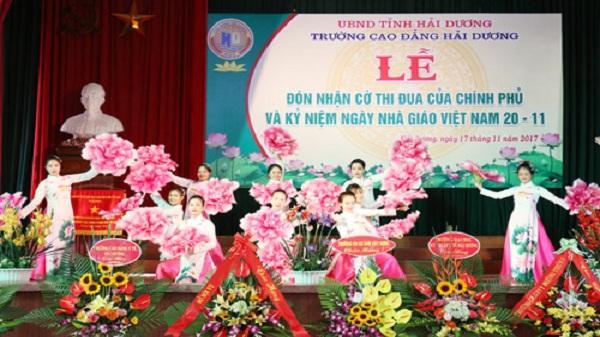 Trường Cao đẳng Hải Dương đón cờ thi đua của Chính phủ