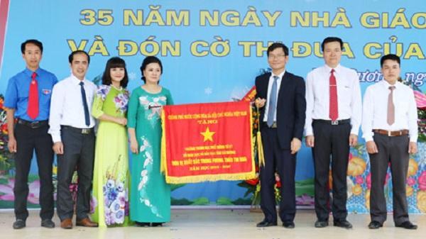 Trường THPT Tứ Kỳ đón cờ thi đua của Chính Phủ