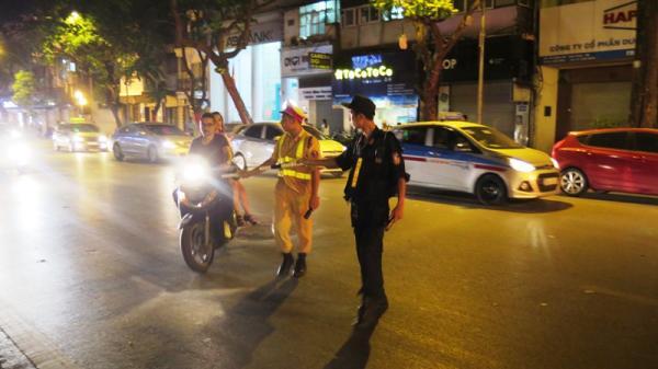 Xử phạt tới 800.000 đồng với ô tô, xe máy bật đèn pha trong khu đô thị buổi tối