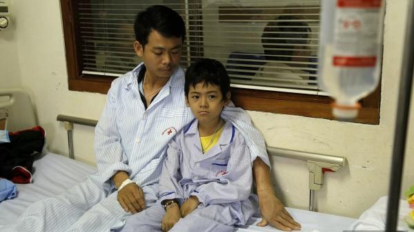Nhói lòng cảnh hai cha con bị ung thư máu chăm nhau, con hỏi bố 'ai chết trước'