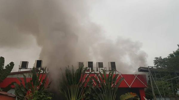 Cháy dữ dội tại quán bar, cột khói bốc lên hàng chục mét