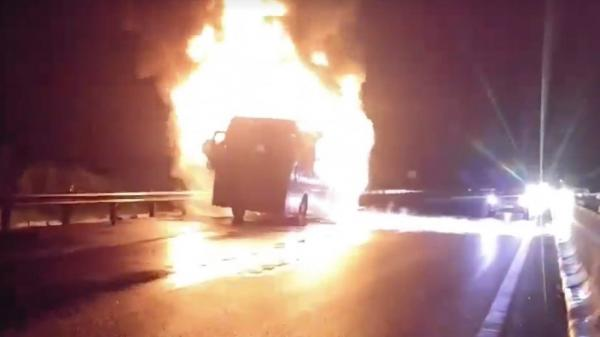 Miền Tây: Xe khách Phương Trang bốc cháy dữ dội trên cao tốc