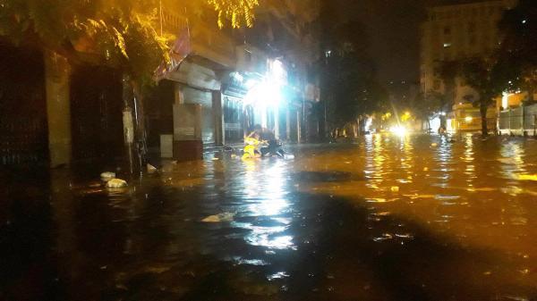 Hà Nội: Chợ Nhà Xanh ngập sâu gần 1 mét sau mưa lớn, tiểu thương hốt hoảng thu dọn hàng hóa