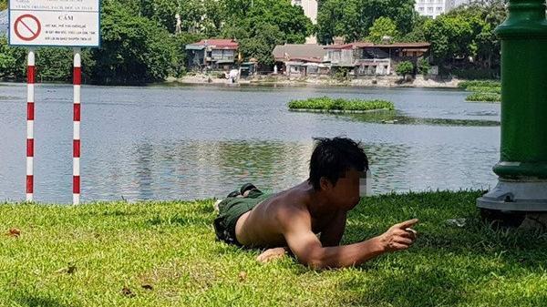 Hà Nội: Sự thật đằng sau vụ thanh niên gặm cỏ ở hồ Thiền Quang