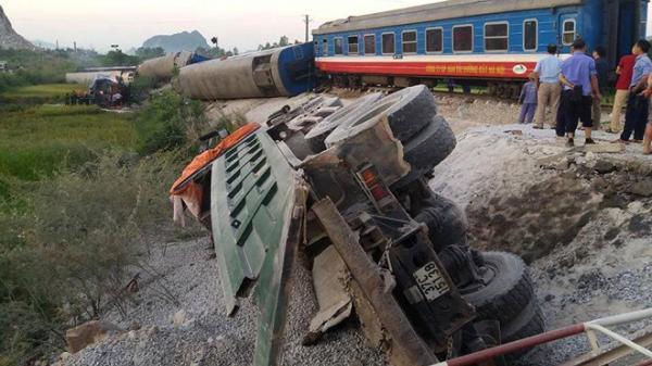 Kinh hoàng: Lật 8 toa tàu hoả, 2 người chết, nhiều người bị thương