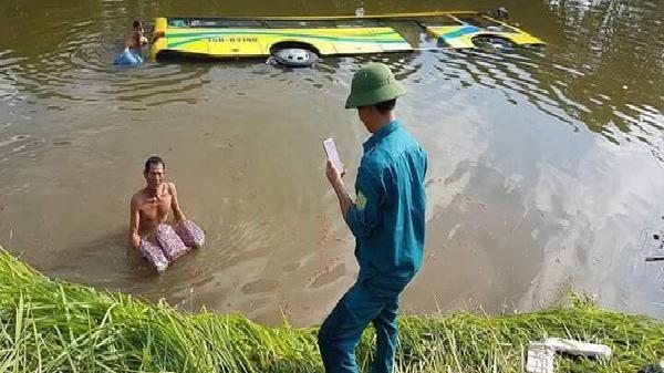CLIP: Xe khách 'uống' trọn nước mương sau sự cố bất ngờ