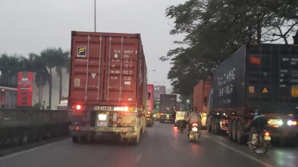 Hải Phòng: Xe máy len lỏi giữa rừng xe container trên QL5