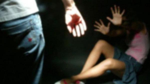 Bé gái 12 tuổi bị thanh niên 9X ép ngã rồi sờ vào vùng kín khi đang trên đường đi học