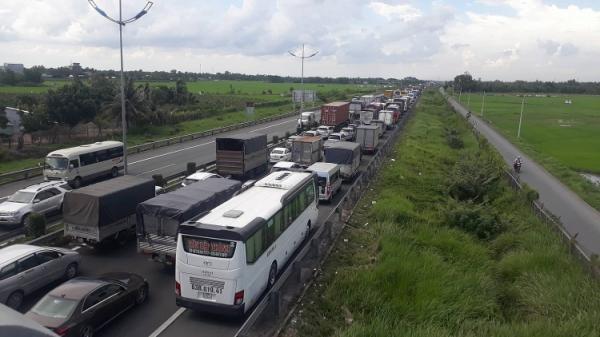 Tai nạn trên cao tốc TP HCM - Trung Lương, tài xế xe tải bị thương nặng