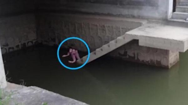 Phát hiện thi thể trên mặt nước, người đàn ông hoảng sợ báo cảnh sát, nhưng khi đến nơi kiểm tra mọi người đều tức giận nói không nên lời