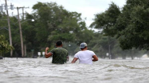 Bão Barry biến đường thành sông ở miền Nam nước Mỹ