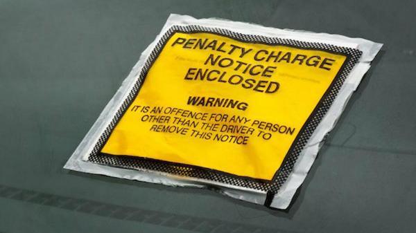 Tài xế bị ph ạt 70 bảng cho 2 phút đỗ xe trên vạch đôi màu vàng
