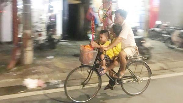 Thổn thức trước hình ảnh người cha nghèo đạp xe đưa 2 con đi chơi, mua đèn ông sao trong đêm Trung thu