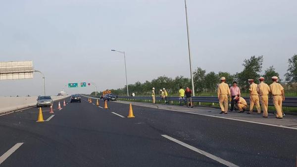 Va chạm trên cao tốc Hà Nội - Hải Phòng, 2 xe ô tô con bẹp dúm