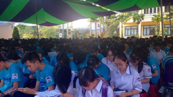Hải Phòng: Học sinh trường THPT Trần Nguyên Hãn được chuyên gia dạy trang điểm, thắt caratvat và đánh giày