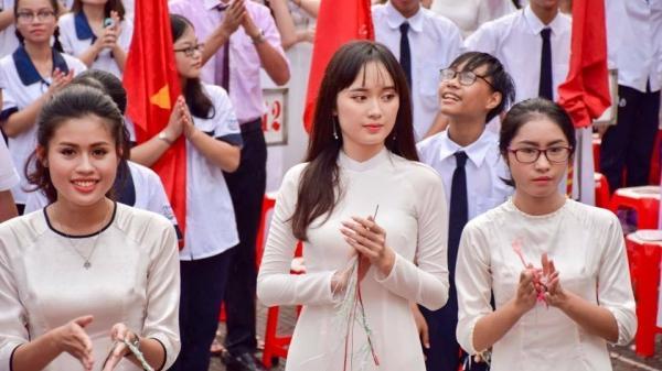Sau 'hot boy cầm cờ', dân mạng lại xin link 'hot girl chào cờ' ở Hải Phòng