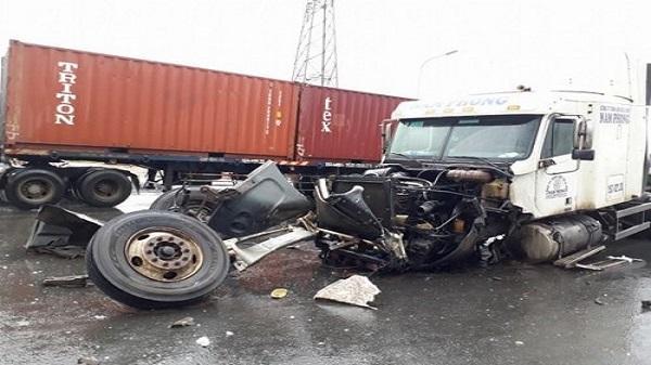 Hải Phòng: 2 container đâm nhau trên đường ra cảng Đình Vũ