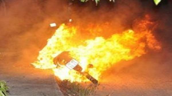 """Châm lửa thử xem xăng """"auth hay fake"""", thanh niên tự đốt trụi xe luôn"""