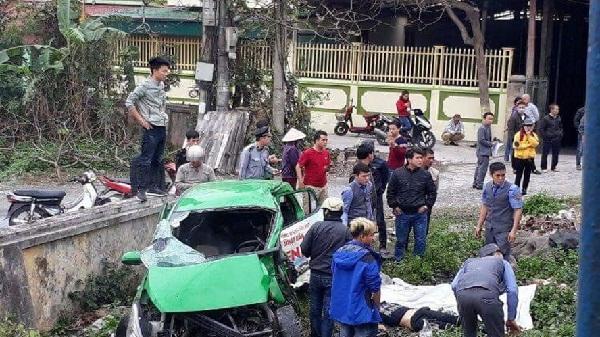 Hà Nam: Tàu hỏa đâm nát taxi kéo lê 15m, lái xe tử vong tại chỗ