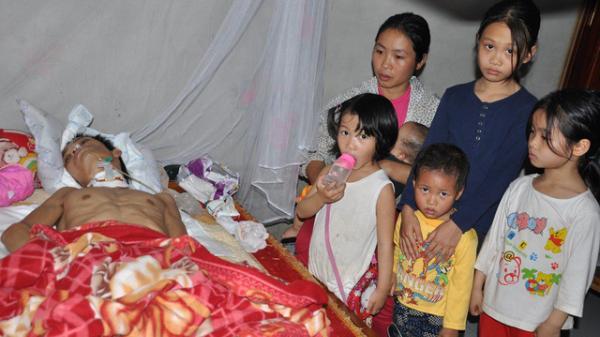 NGHẸN LÒNG với hoàn cảnh thương tâm của người vợ trẻ Hà Nam ngày ngày nhìn chồng thoi thóp trên giường bệnh chiến đấu với tử thần!