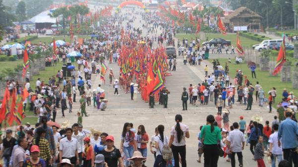 """Lễ hội Đền Hùng 2018: Người dân hành hương trong tiết trời nắng nóng                                <span class=""""ico-photo""""></span>"""