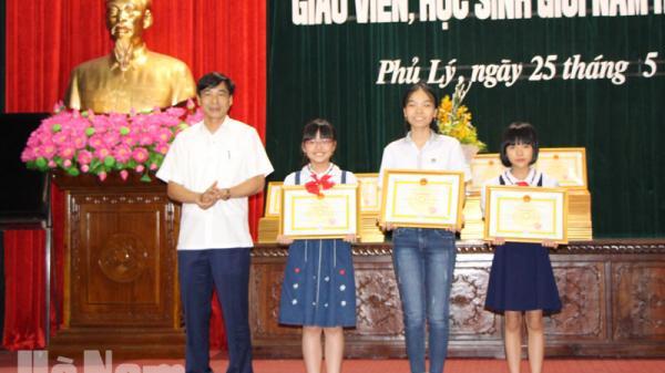 Thành phố Phủ Lý trao thưởng cho học sinh đạt giải cao trong các kỳ thi năm học 2017-2018