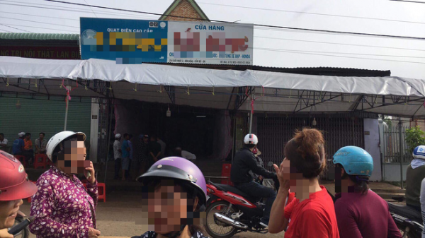 KINH HOÀNG : Con trai đau đớn khóc trong ngây dại khi bất lực nhìn cha mẹ bị nam thanh niên đâm chết tại nhà
