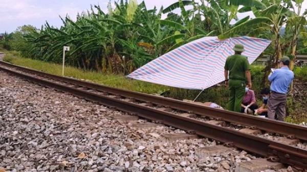 SỐC: Kê đầu trên đường ray, nam thanh niên bị tàu cán tử vong
