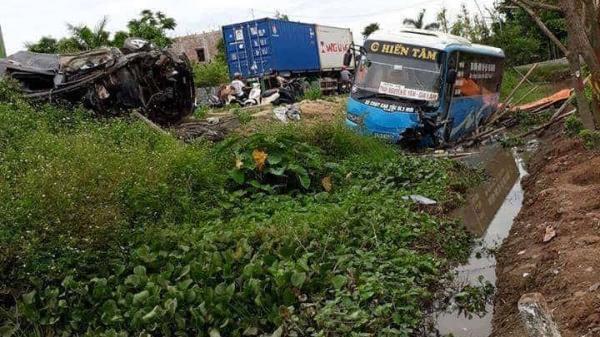 Tai nạn kinh hoàng: Xe khách cùng xe con 'bay' khỏi đường, 2 người chết, 10 bị thương