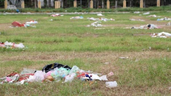 Hà Nam: Sân vận động thành phố thành… bãi rác!