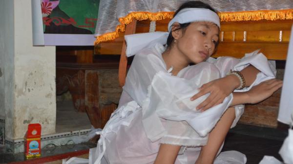 """XÓT XA vụ tai nạn 13 người chết: Cuộc điện thoại lúc rạng sáng báo tin """"4 chị em giờ đã mồ côi"""""""