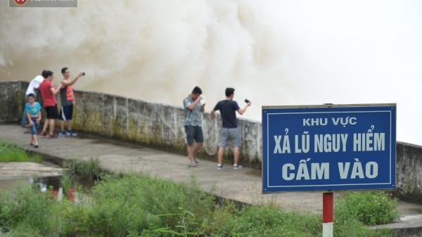 Người dân bất chấp nguy hiểm, kéo đến chụp ảnh thủy điện Hòa Bình xả lũ