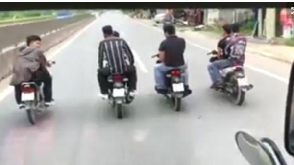 NGANG NHIÊN: 8 thanh niên đầu trần, dàn hàng ngang trước đầu ôtô trên quốc lộ