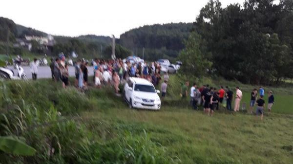 Cận cảnh truy bắt ô tô nghi chở ma túy lao xuống đồng cỏ