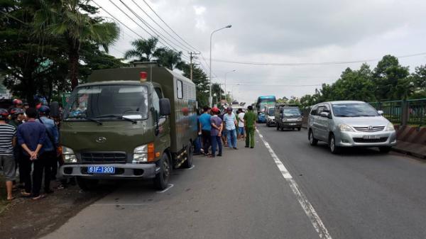 THƯƠNG TÂM: Đi nộp hồ sơ nhập học cho con, người phụ nữ bị xe chở phạm nhân kéo lê 20m tử vong thương tâm