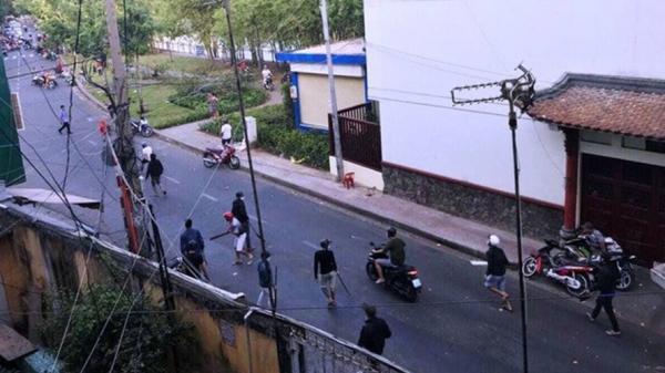 KINH HOÀNG: 100 thanh niên đeo khăn quàng đỏ mang dao kiếm đi trả thù