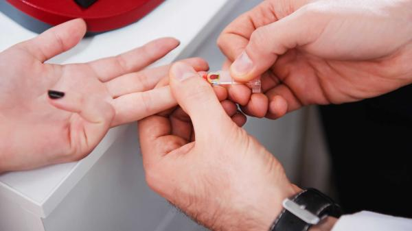 SỐC: Hàng chục người dân nghi nhiễm HIV sau khi tiêm tại nhà bác sĩ