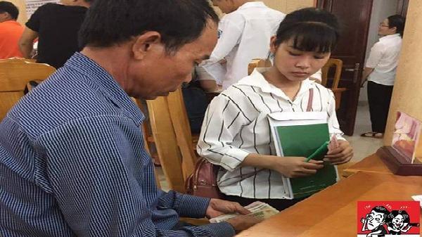 Cảm động: Đôi tay đếm tiền lẻ và ánh mắt của bố nhìn con gái ngày nhập học khiến dân mạng nghẹn ngào