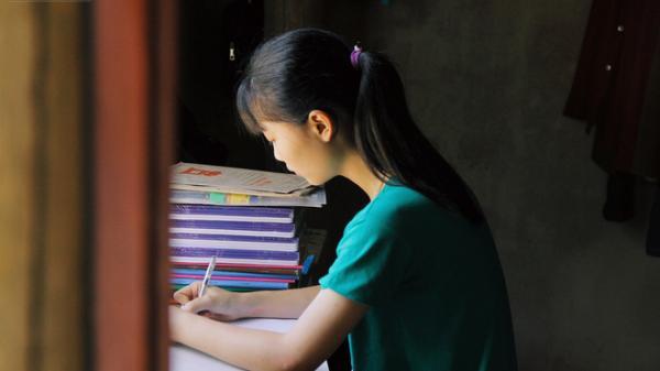 """Nữ thủ khoa dân tộc Mường từng gạt nước mắt từ bỏ giảng đường: """"Nhờ cô giáo và mọi người, em được đi học rồi!"""""""