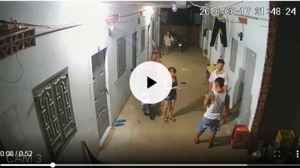 VIDEO: Người đàn ông xăm trổ dùng vũ lực với 2 cô gái trong khu nhà trọ gây bức xúc