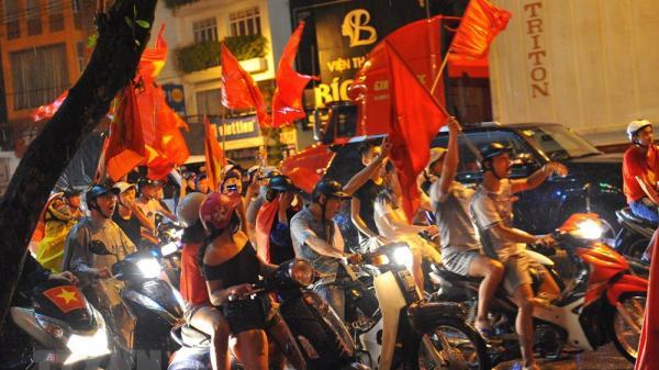 Đêm qua: Hàng vạn người dân Ninh Bình hòa vào dòng cờ đỏ sao vàng ''cháy rực'' với không khí cả nước