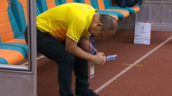 Khoảnh khắc thất thần của thầy HLV Park Hang Seo, khiến triệu trái tim Việt nghẹn ngào