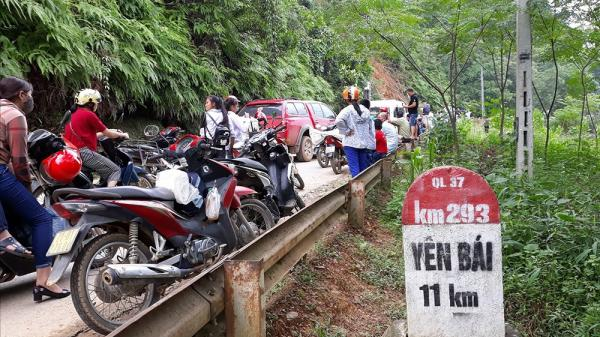 Yên Bái: Cả gia đình bắc ván trên đường sạt lở, thu phí 10.000 đồng/ lượt xe máy