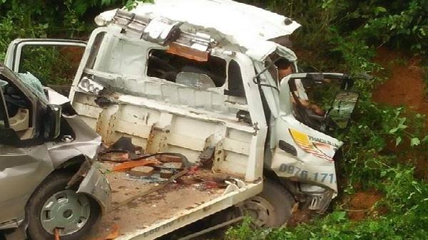 Kinh hoàng: Xe cứu hộ chở ôtô 16 chỗ lao xuống vực trên QL 6, 2 người tử vong