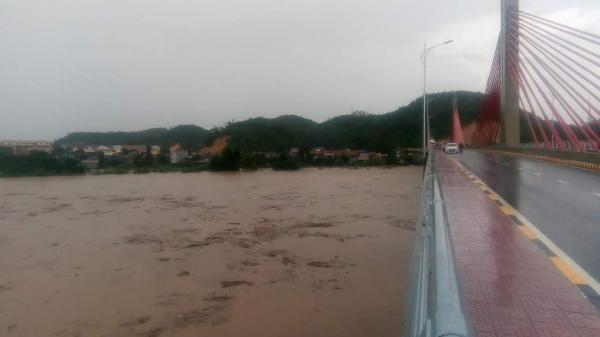 NÓNG: Khuyến cáo người dân hạ du Lào Cai, Yên Bái không sử dụng nước sông Hồng