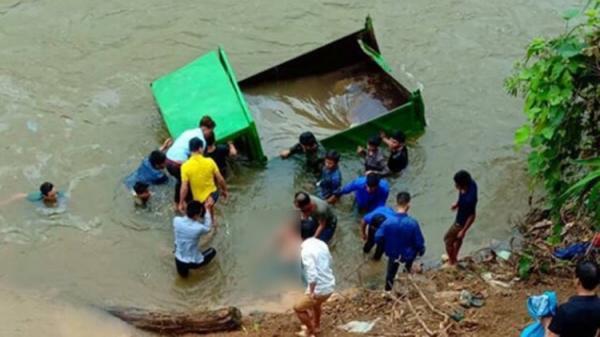 Bất cẩn trong lúc lùi xe ô tô tự chế rơi xuống suối, nam thanh niên 17 tuổi t.ử vong